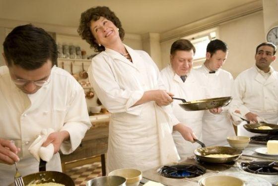set-design-julie-julia-child-kitchen-paris-meryl-streep-03